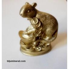 Мишка върху златни кюлчета